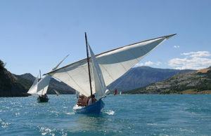 Rassemblement de voiles traditionnelles au Lac de Serre-Ponçon organisé par l'Association Rivages de Méditerranée.