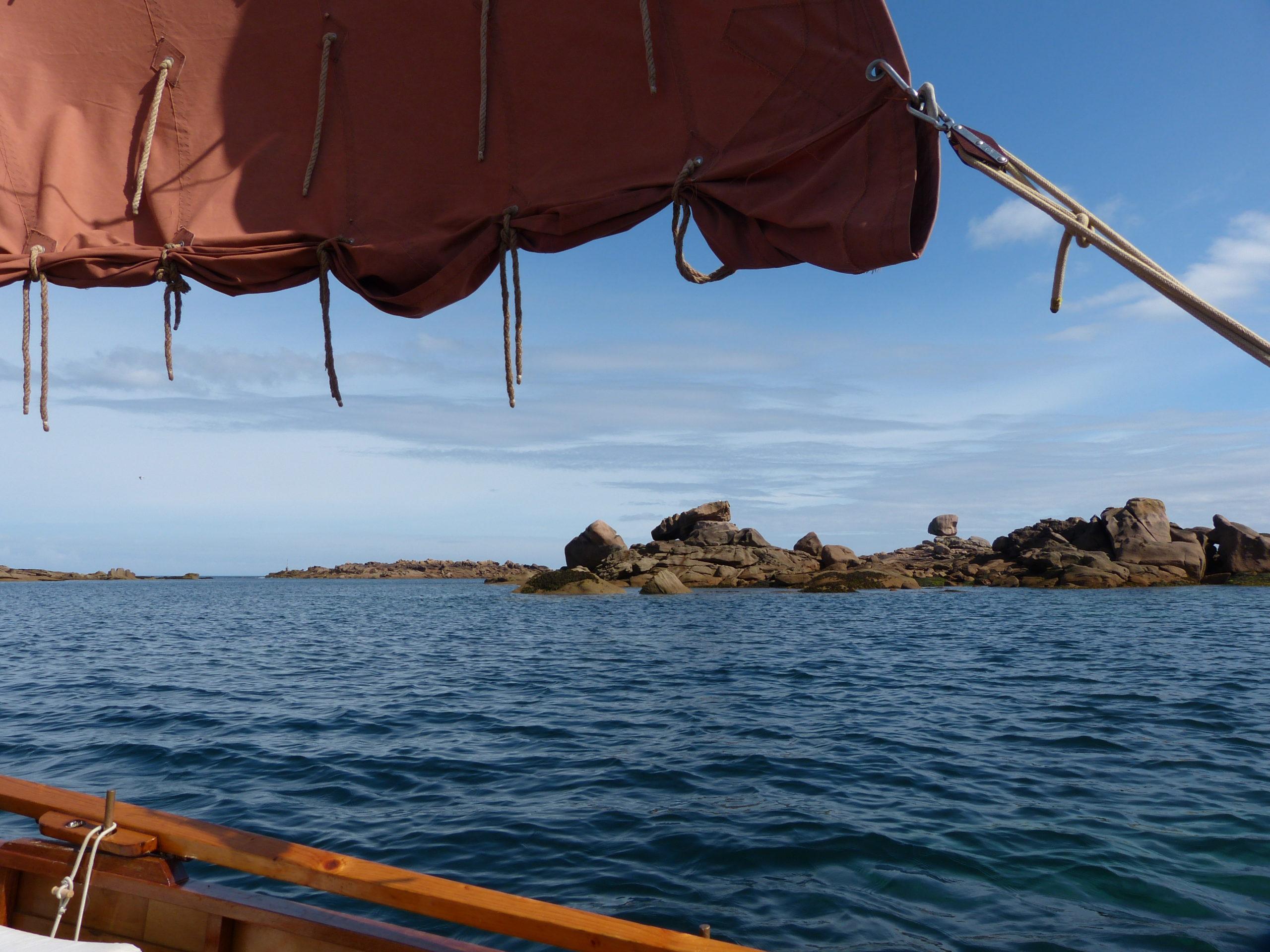Embarquez en yole pour découvrir la côte de granite rose